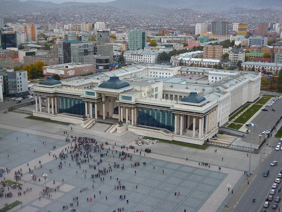 Edificio del Parlamento en Ulan Bator | Foto © Joan Bartomeu