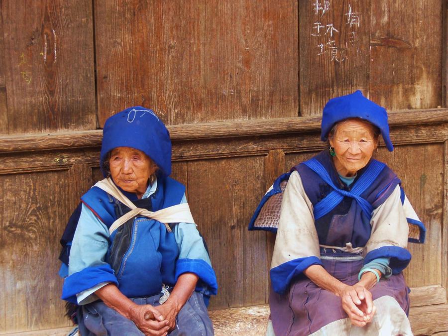 Mujeres con el vestido tradicional de Naxi, Yunnan | Foto © Encarcación Acedo