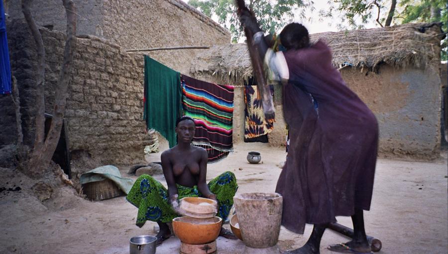 Mujeres preparando la comida en un pueblo de Mali | Foto © Inma Ibáñez