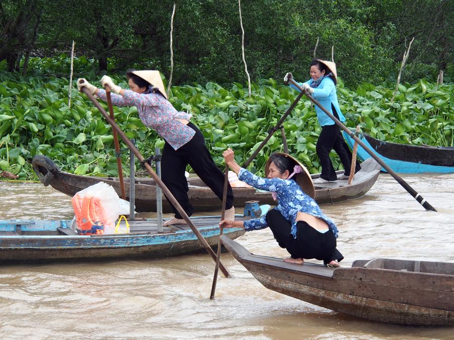 Manejando los remos en el Mekong, Vietnam | Foto © Julián Pérez Galán