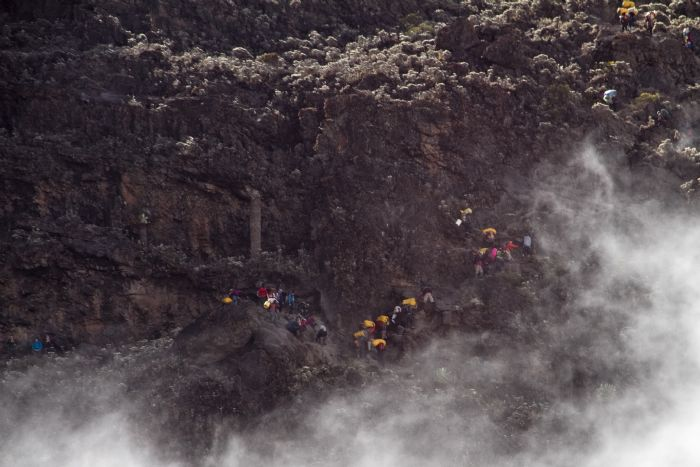 Un momento de la progresión en busca de la cima del Kilimanjaro | Foto © Julio Angulo