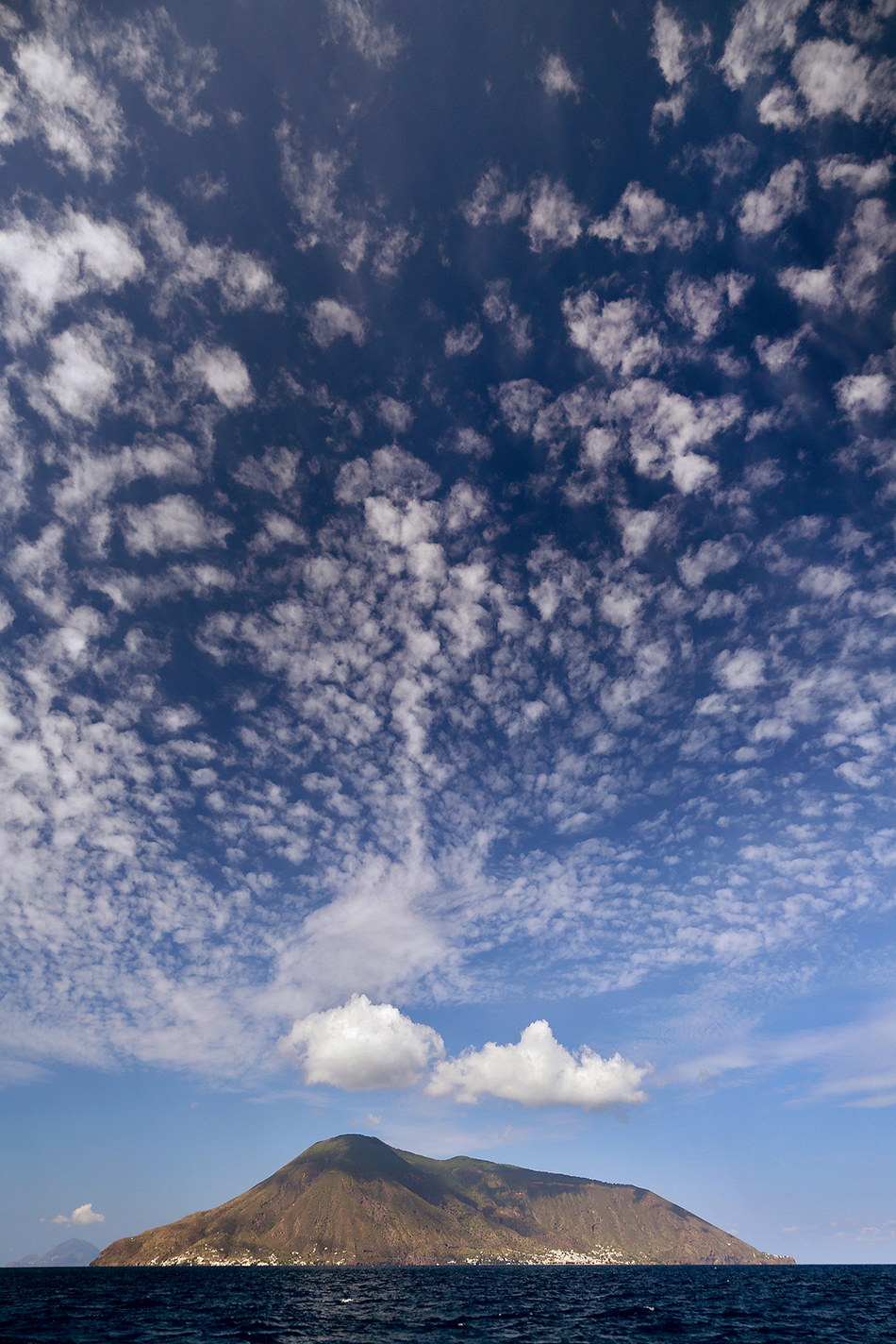 La isla de Stromboli rodeada de nubes | Foto © Carlos Díaz