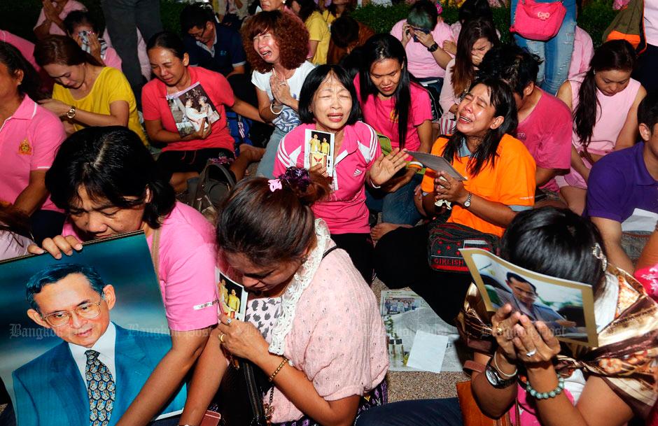 La gente expresando du dolor por la muerte del Rey | Foto © Bangkok Post