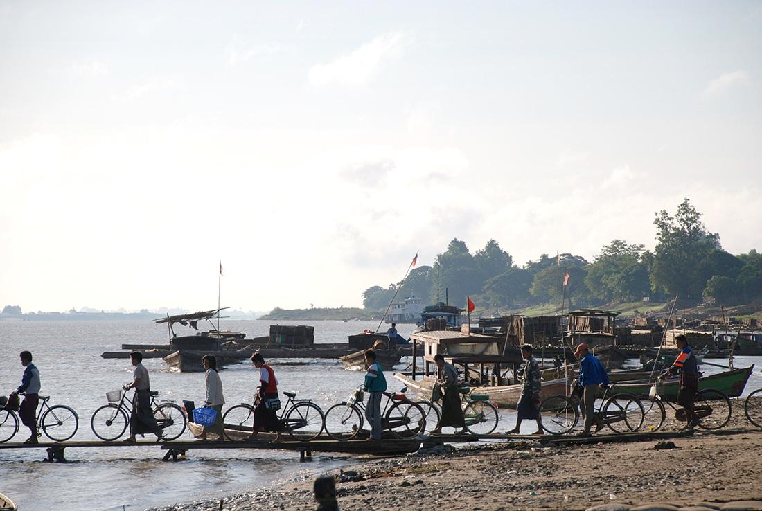 Cola para embarcar con la bicicleta en Myanmar | Foto © Montse Arbós