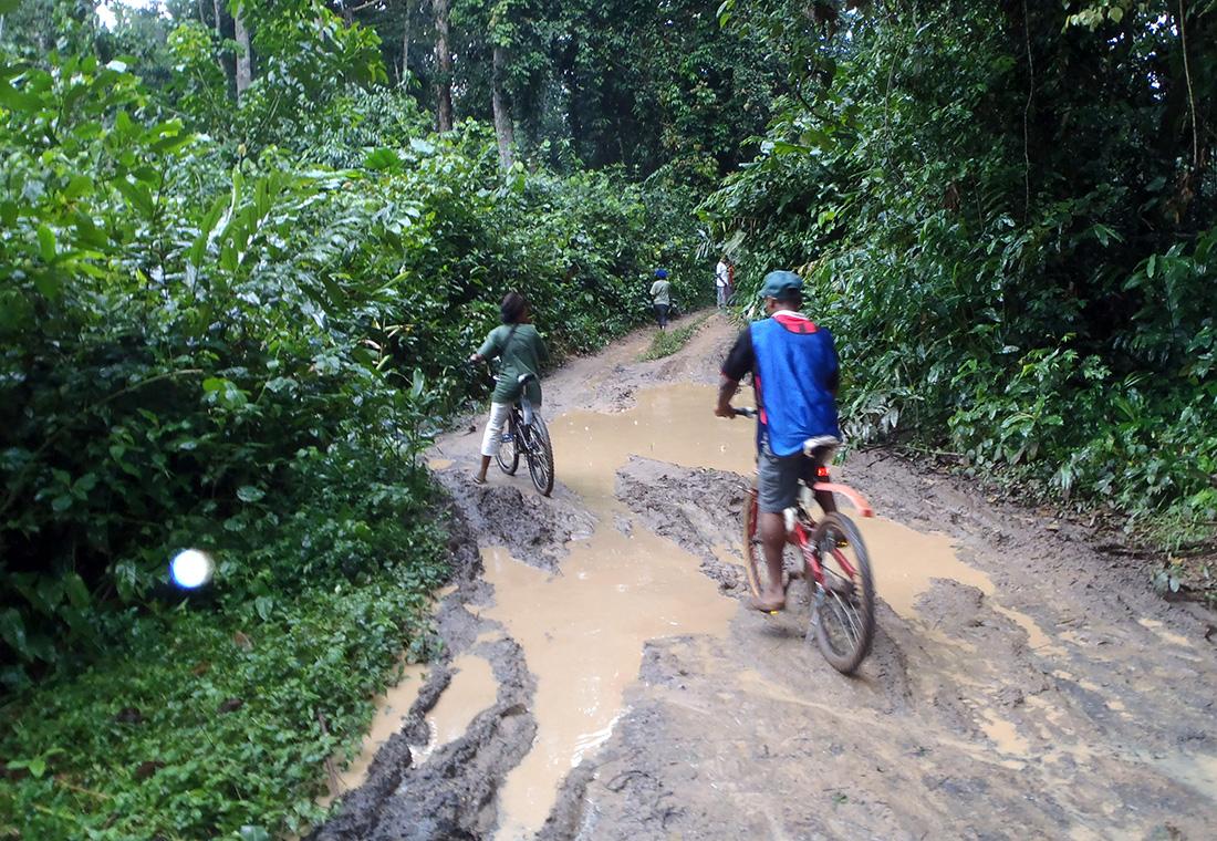 Circulando por una pista llena de barro en el Congo | Foto © J. Vendrell