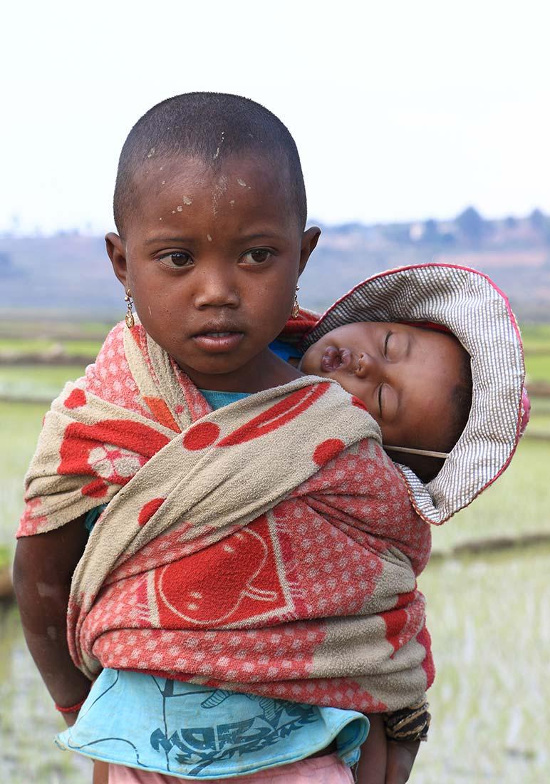 Cargando con el pequeño. Autor Manuel Gutiérrez - Viaje a Madagascar