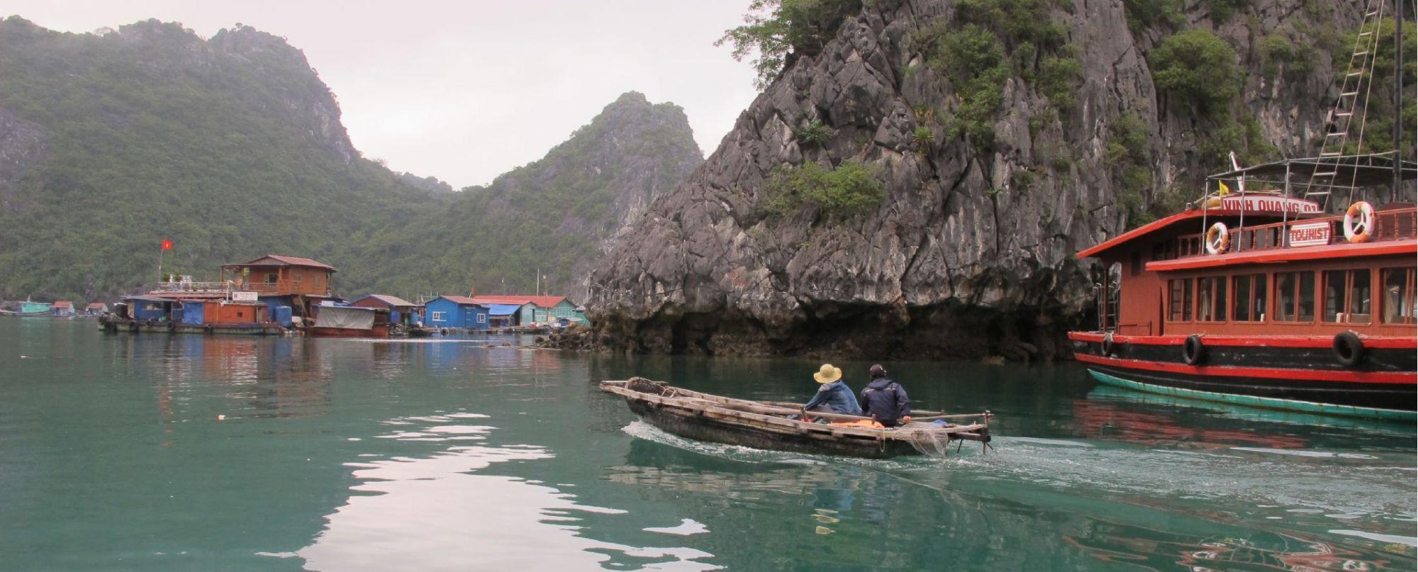 Navegaremos por el laberinto de islas y peñascos de estas bahías, y dispondremos de kayaks para recorrer la costa