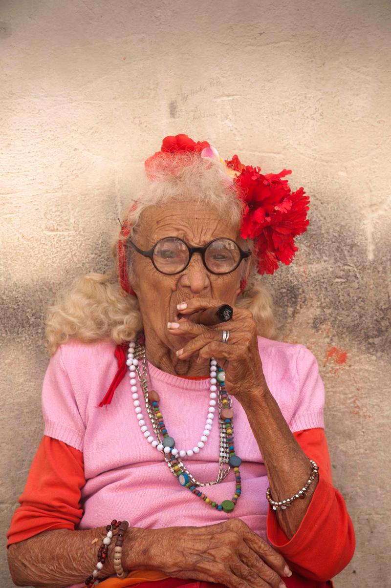 Mujer fumando en viaje a Cuba Foto Luis Alarcón