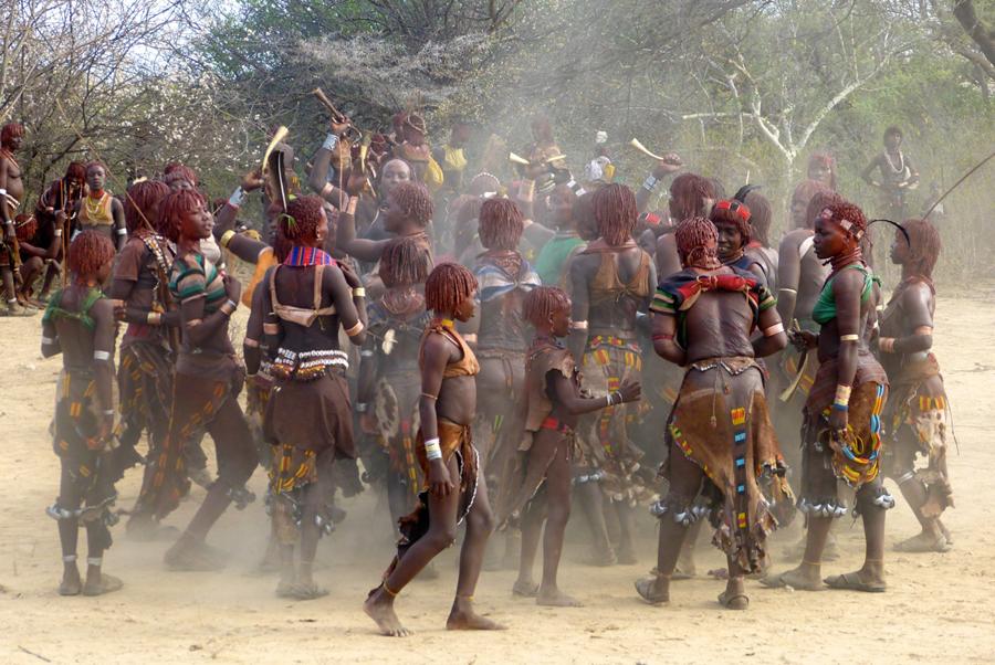 Baile de mujeres de la etnia Hamer | Foto © Teseida Garcia