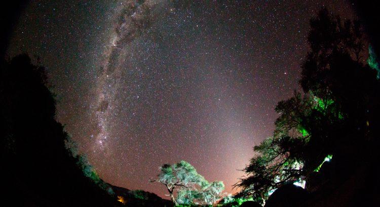 Vía Láctea y luz zodiacal sobre el campamento | Foto © Josep Masalles