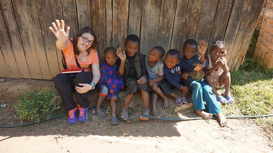 Carla rodeada de niños en Madagascar