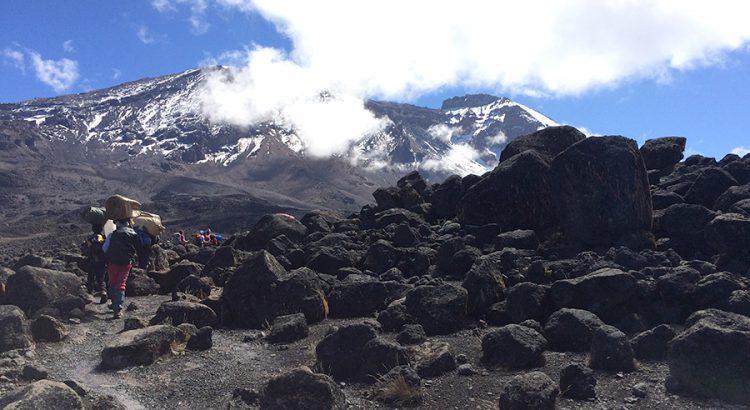 Ascenso en dirección a la cima del Kilimanjaro | Foto © Alexandre Ruzafa