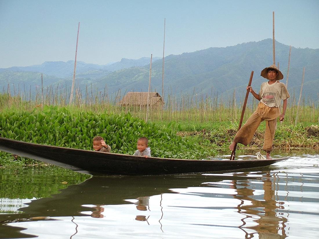 Pescador con sus hijos en Myanmar | Foto © Rrancisco Javier Rivera