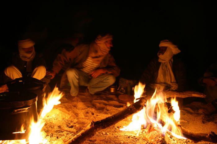 LAS NOCHES EN LA HOGUERA El contacto con la cultura Tuareg, sentados en la arena, a la luz de la hoguera y bajo un cielo infinito de estrellas.