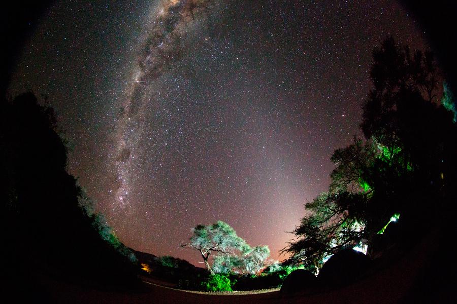 ESTRELLAS POR LA NOCHE Primer premio del Concurso de fotografía – Vía Láctea y luz zodiacal sobre el campamento, Namibia | Foto © Josep Masalles