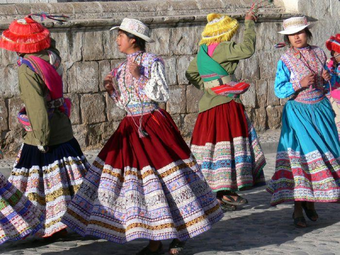 Baile Andino en viaje a Perú. Autor Ramón Domingo